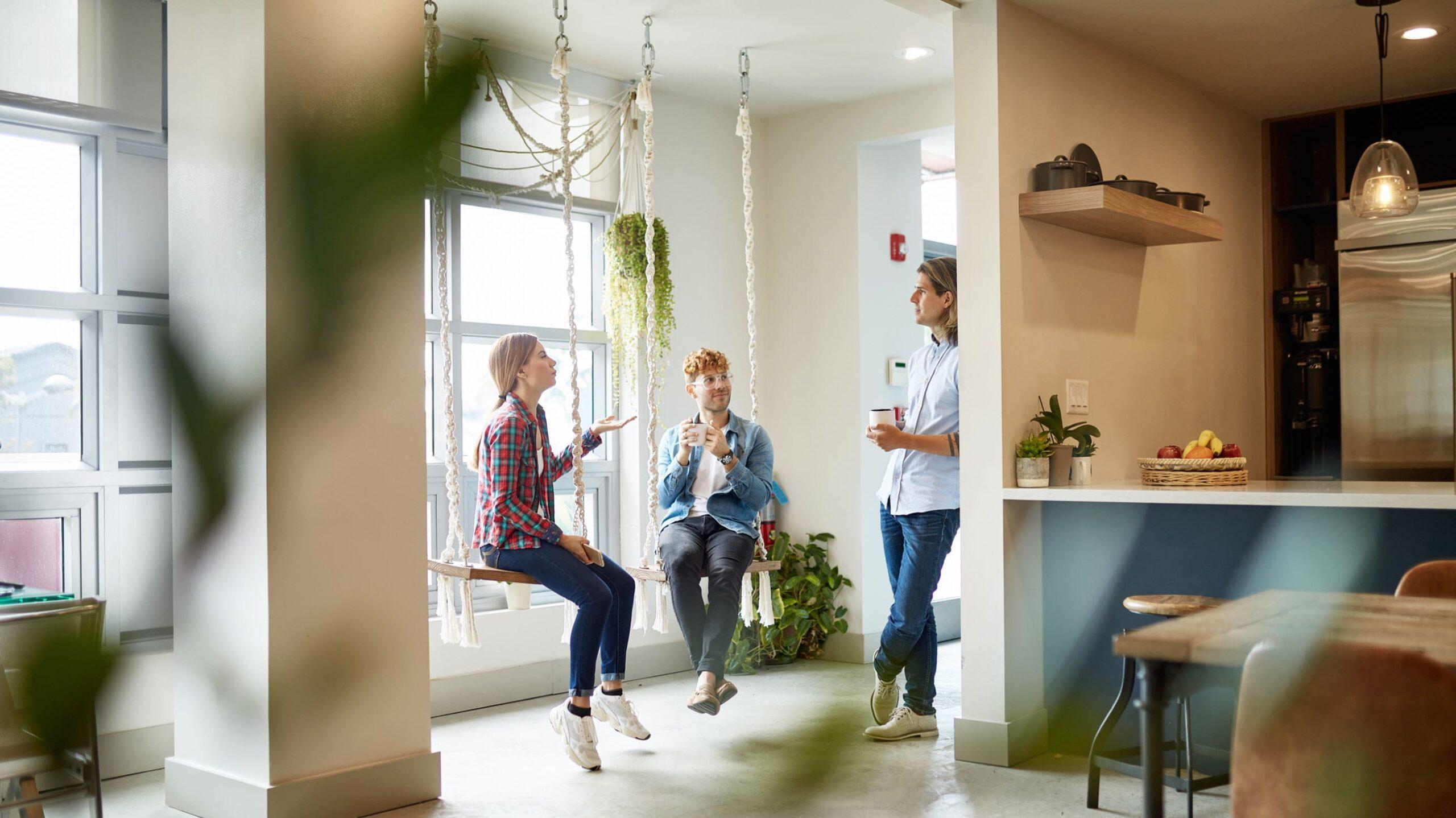 Arbeitskollegen im Gespräch in modernen Büroräumen