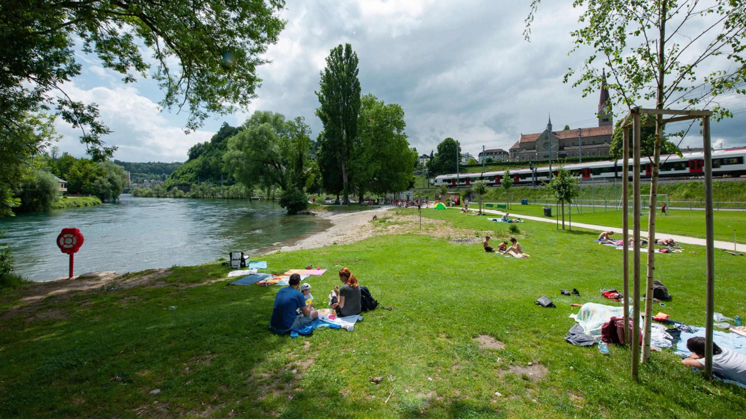 Sonnenbaden am Flussufer